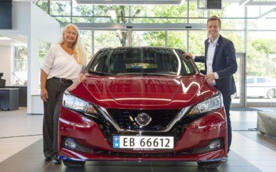 Hareide overleverte Nissan LEAF nr. 500 000 til norsk kunde